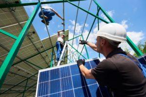 mannen bezig met de constructie van een zonnepaneleninstallatie